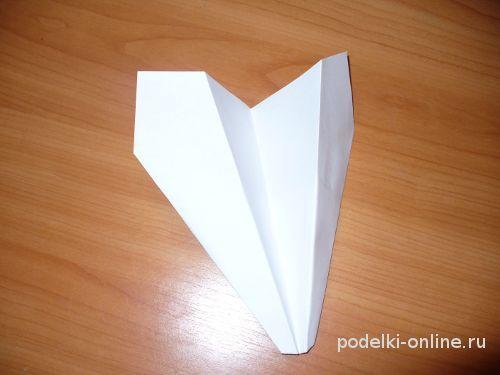 Готовый бумажный самолетик, сделанный своими руками