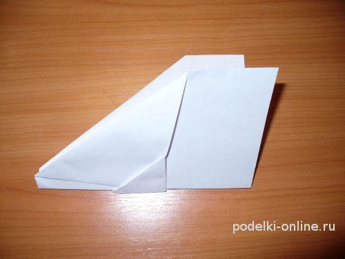 Сложенная пополам заготовка бумажного самолетика