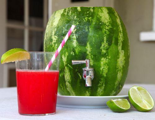 Боченок с напитком из арбуза